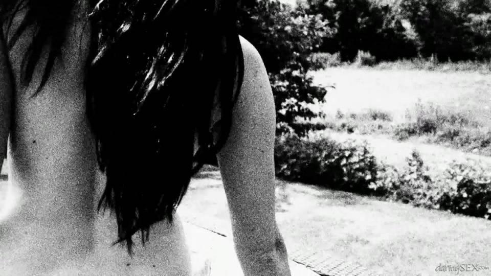 Девушка согласилась дать в попку бойренду прямо в саду