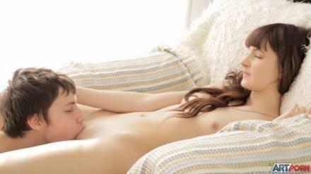Молодая пара нежно, но очень жарко получает кайф на огромном диване