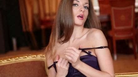 Прелестная шлюшка обнажает своё сексуальное тело и массирует свою возбужденную дырочку