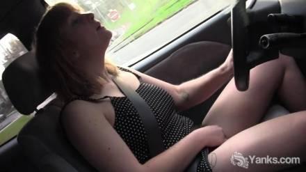 Женщина мастурбирует за рулём автомобиля