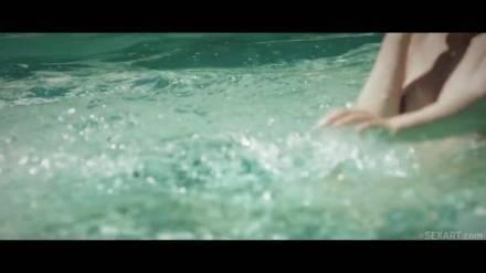 Подружки резвятся в бассейне и друг с другом