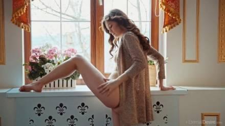 Сногсшибательная девушка мастурбирует сидя на подоконнике