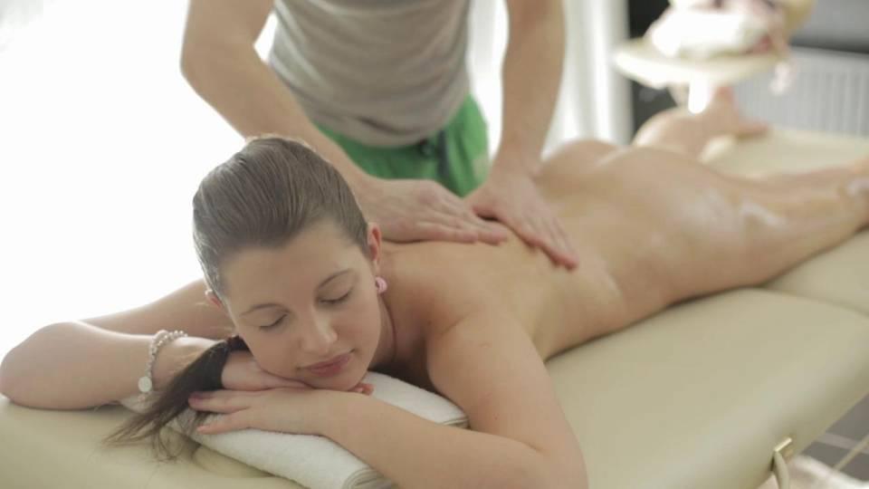 Молодая девушка возбудилась и отдалась массажисту
