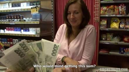 Чешская продавщица трахается с туристом за прилавком магазина