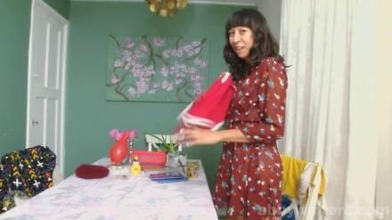 Молодая тёлочка показала на кухне свою волосатую киску