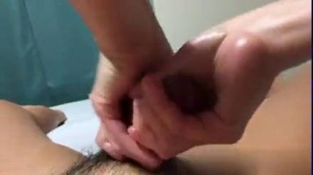 Азиатка ласкает руками член мужа и доводит его до оргазма