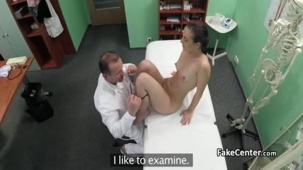 Гинеколог вылизывает киску пациентке и трахает её