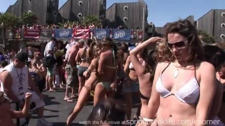 Шальные потаскушки готовы показать сиськи на бикини вечеринке