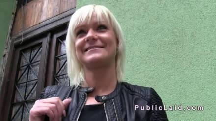Венгерская шлюшка страстно трахается с секс туристом в подъезде