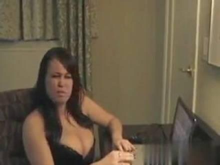 Настоящая дама с большими сиськами ебёт себя бутылкой перед вебкой