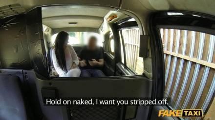 Молодая брюнетка лижет яйца водителю такси