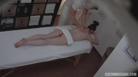 Темноволосая девушка присела на длинный стержень развратного массажиста