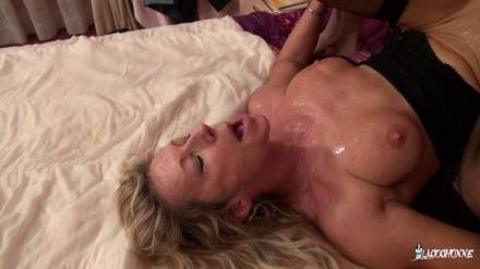 Зрелая потаскушка Marina Beaulieu трахается с любовником на лопатках