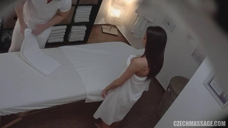 Пошлый массажист стимулирует клитор темненькой клиентки