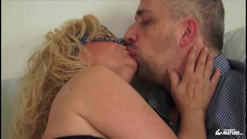 Зрелая итальянка обрабатывает член супруга ртом и киской