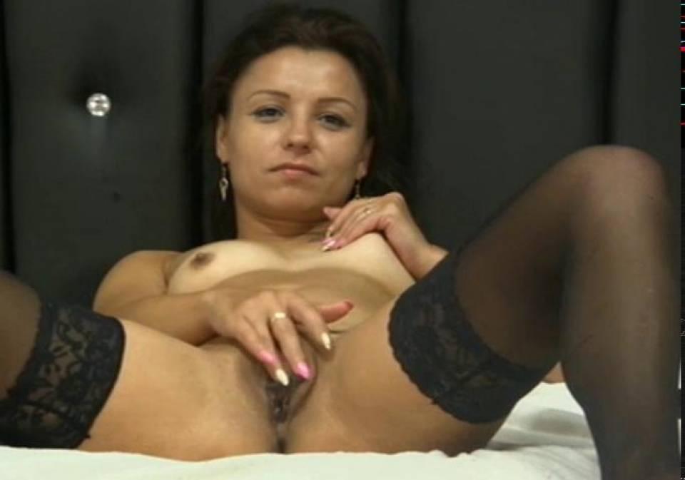 Брюнетка в сексуальных чулках мастурбирует на камеру