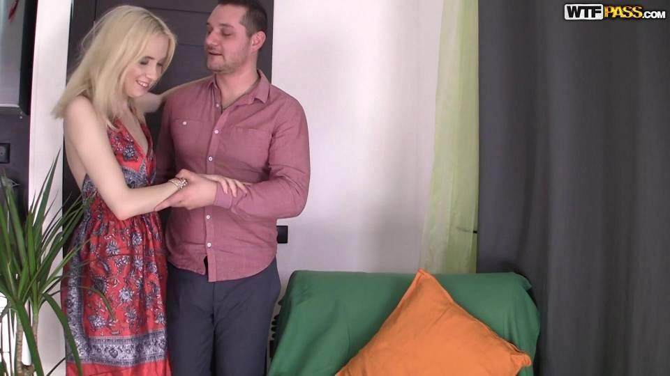 Сексуальная блондинка в чулках скачет на члене и громко стонет