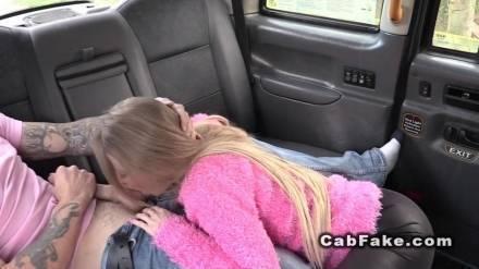 Водитель такси трахает свою сексуальную пассажирку на заднем сиденье авто