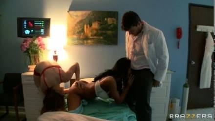 Доктор и две горячие пациентки трахаются в кабинете