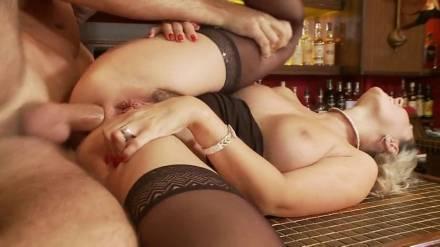 Пышная блондинка в чулках дает в анал бармену