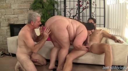 Жирная дамочка ебётся с двумя взрослыми мужчинами