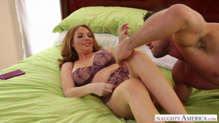 Сексуальная толстушка принимает у себя в гостях горячего накачанного любовника и делает ему отсос