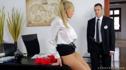 Горячий секс грудастой секретарши и охранника