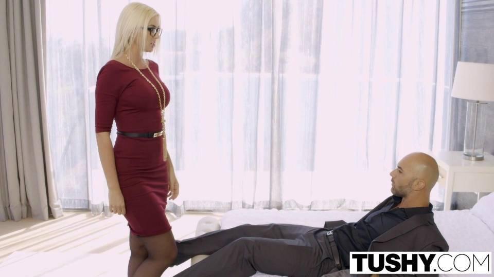 Шикарная блондинка впервые трахается в анал на камеру