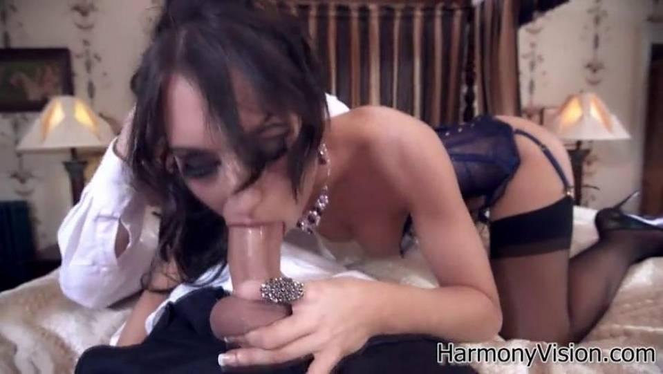 Сексуальная бейба в откровенном нижнем белье скачет на члене