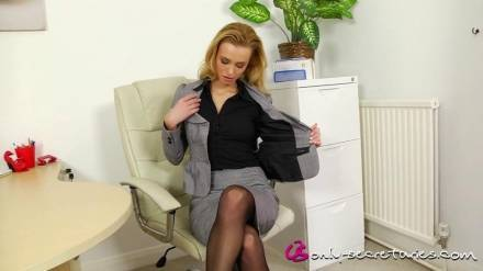 Очень красивая девушка раздевается на работе