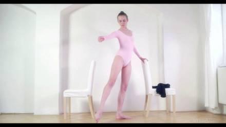 Балерина показала себя обнажённой и станцевала
