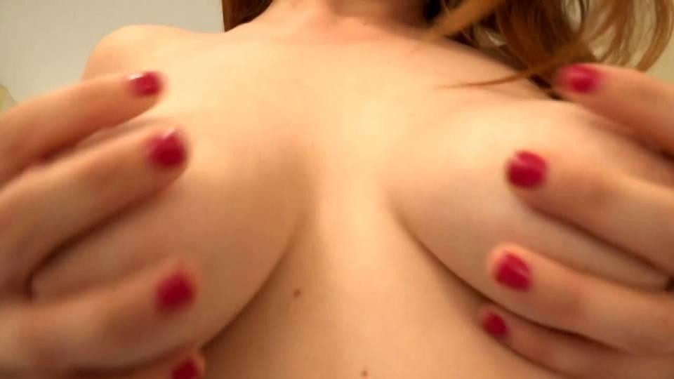 Прелестная брюнетка получает оргазм