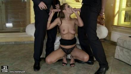 Двух похотливых трахарей распутная извращенка своми щелками сводит с ума и доводит до оргазма
