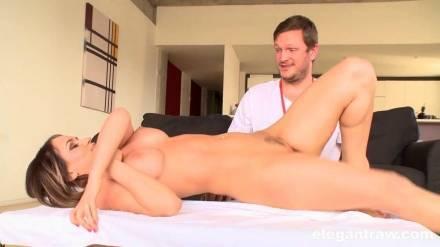 Накачанный массажистс большим болтом трахает свою горячую заказчицу на массажном столе