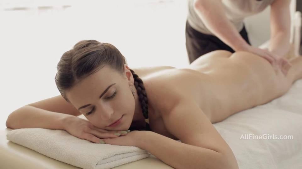 Массажист трахает сексуальную брюнетку и кончает ей на лобок