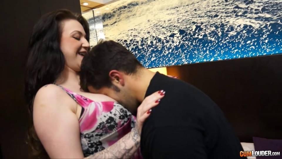 Татуированная женщина трахается с новым бойфрендом