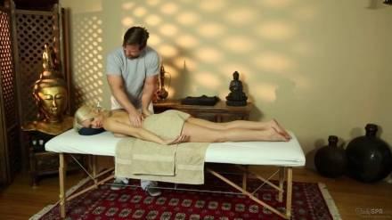 Бородатый массажист жарит белокурую клиентку во время сеанса