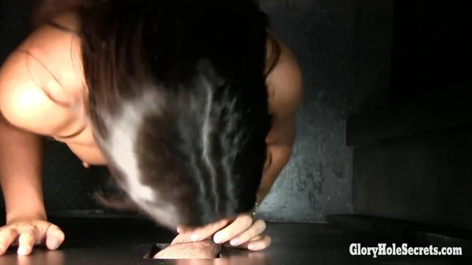 Минет через стену от сисястой брюнетки
