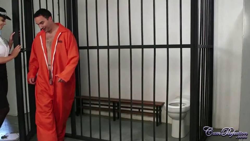 Красивая женщина-офицер отсасывает заключённому до оргазма в лицо