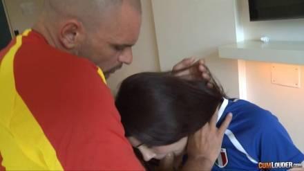 Молоденькая, красивенькая футболистка сосёт длинный член своего ёбаря и он кончает ей на волосатую пизду