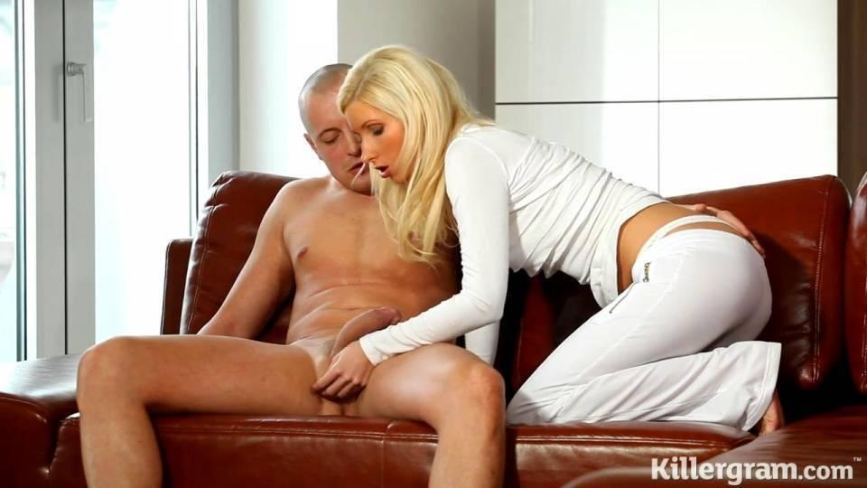 Мужик трахает раком симпатичную блондинку и кончает на попку