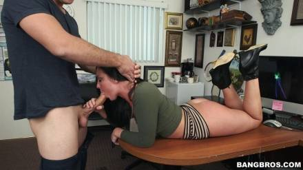Сочная американская блядь получает секс на столе