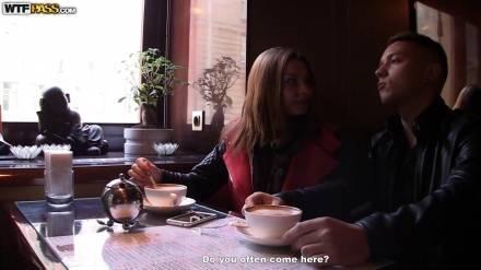 Пара в ресторане уединяется в комнатестрастно и ненасытно ласкает друг друга