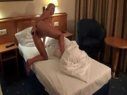 Шикарная, взрослая блондинка мастурбирует киску, а затем трахается с мужем