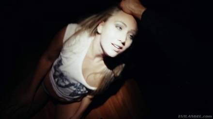 Страстный секс в темноте с горячей блондинкой