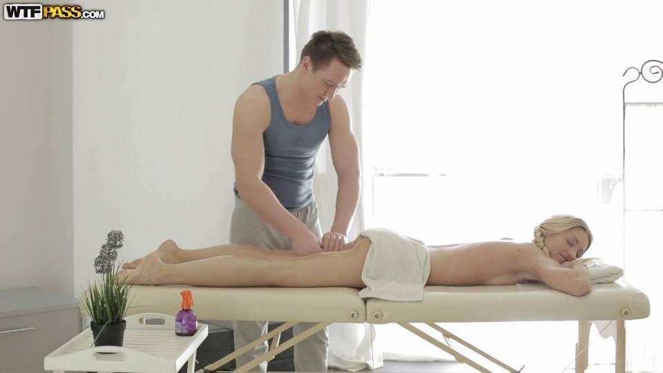 Молодая блондинка трахается с массажистом