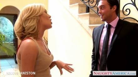 Сексуальная блондинка Николь Энистон после страстного секса получает сперму на лицо