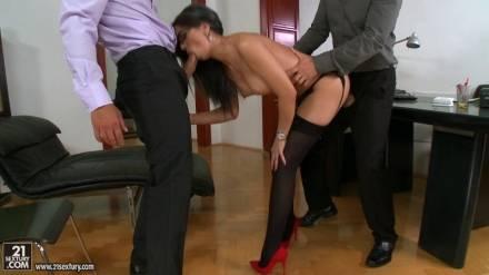 Два деловых партнера в кабинете ебут развратную секретаршу во все ее щели и теребят киску