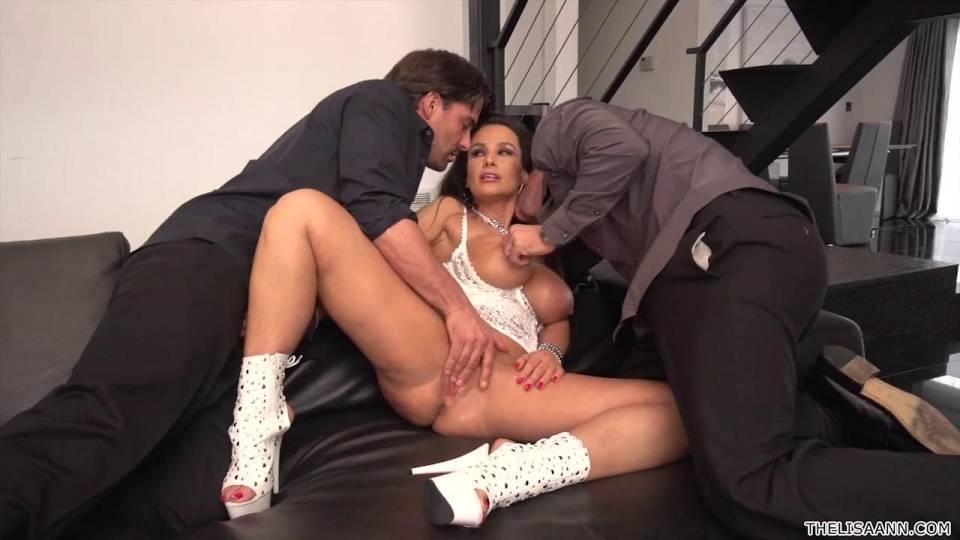 Брюнетка с большой грудью ублажает два члена