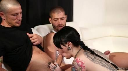 Красивый секс татуированной брюнетки с двумя парнями